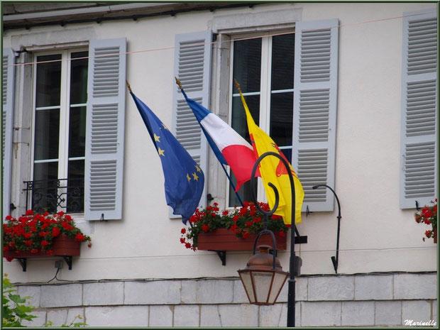 Et flottent au vent les drapeaux à l'une des fenêtres de la Mairie du village de Laruns, Vallée d'Ossau (64)
