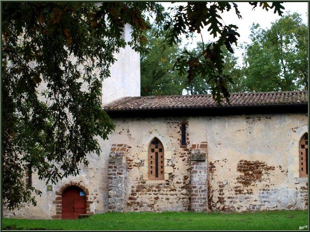 Eglise St Michel du Vieux Lugo : façade Sud, l'entrée et son clocher à Lugos, Gironde
