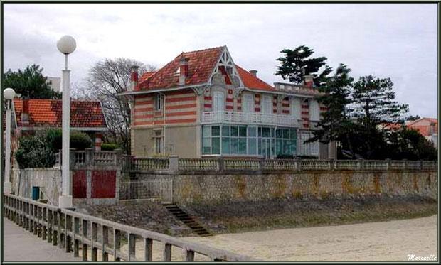 """La villa """"L'Alma"""" en """"Ville de Printemps"""" à Arcachon, vue depuis la Jetée des Marins, Bassin d'Arcachon"""