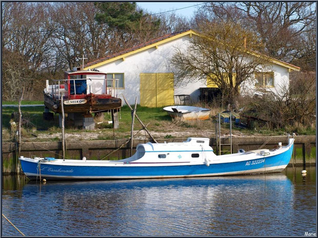 "Pinasse ""L'Escalumade"" à quai au port d'Arès, Bassin d'Arcachon"