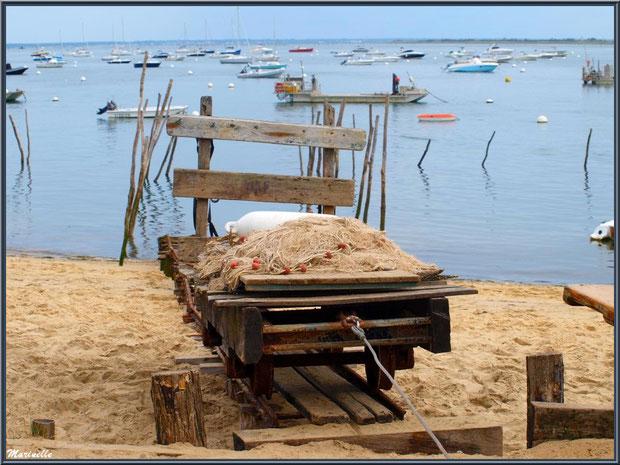 Filet de pêche, corp mort et brouette (appelée wagonne en langage local) sur la plage, Village de L'Herbe, Bassin d'Arcachon (33)