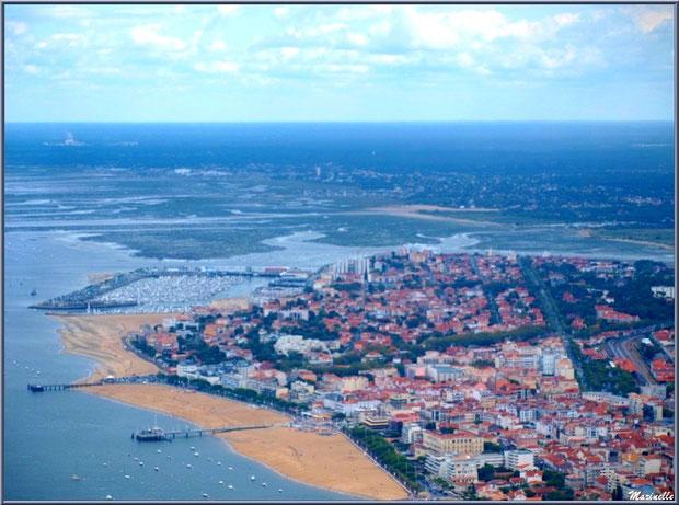 Le Bassin avec le rivage d'Arcachon et ses jetées Thiers et Eyrac, puis le port de plaisance et, en fond, La Teste, Gujan Mestras et sa plage de La Hume et son château d'eau et, tout au loin, Biganos,