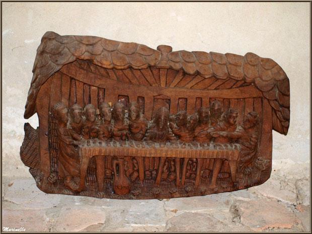 Sculpture en bois représentant la Cène, au pied de l'autel de la Vierge, église Saint Pierre de Mons à Belin-Beliet (Gironde)