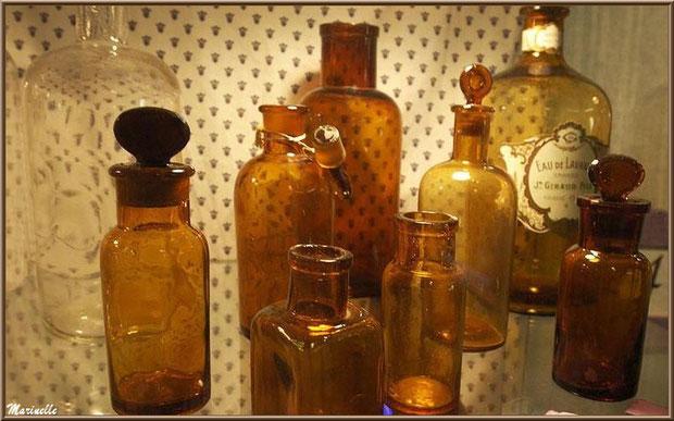 """Le """"Musée de la Lavande"""" à Coustellet (84) : anciens flacons"""
