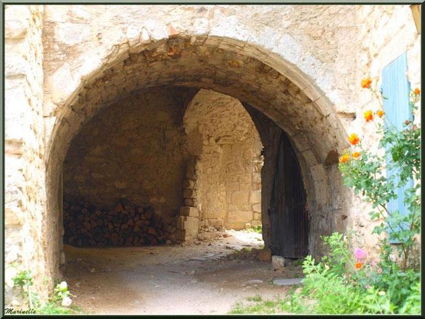 Ruelle et soustet (proche au-dessus d'une ruelle) dans le village d'Oppède-le-Vieux, Lubéron (84)