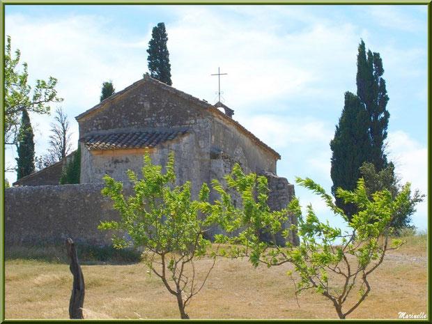 La chapelle Sainte Sixte avec ses cyprès et amandiers à la sortie du village d'Eygalières dans les Alpilles, Bouches du Rhône