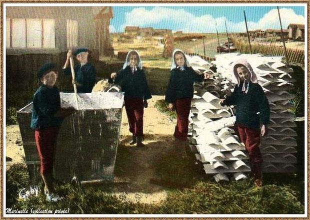 Gujan-Mestras autrefois : Folklore, enfants en tenue locale au chaulage des tuiles, Bassin d'Arcachon (carte postale, collection privée)