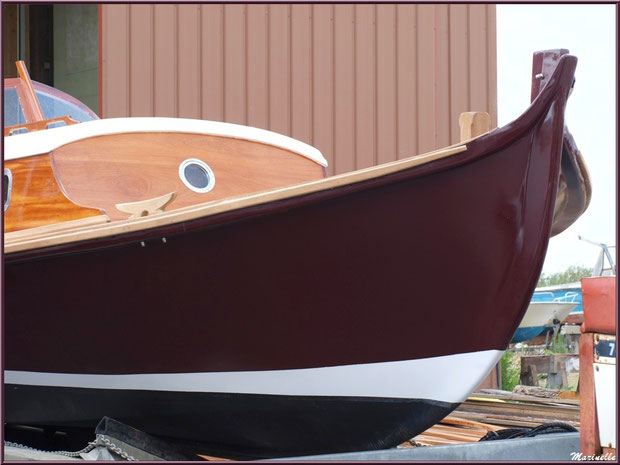 """Proue, rouf et passavant de la pinasse """"Ayla"""" prête pour la mise à l'eau, Chantier Naval Debord et Charmet, Port de Meyran à Gujan-Mestras, Bassin d'Arcachon (33)"""