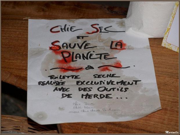 Consigne du WC écologique scuplté dans le bois, exposition bois sous la halle municipale, Fête au Fromage, Hera deu Hromatge, à Laruns en Vallée d'Ossau (64)