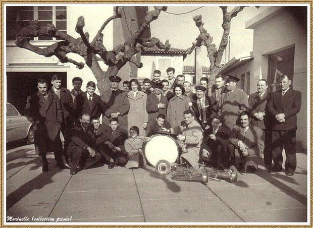 """Gujan-Mestras autrefois :  en 1956 - L'Harmonie Saint-Michel sur la terrasse entre la salle """"Florida"""" et l'hôtel-restaurant """"Les Pyérénées"""", Bassin d'Arcachon (photo, collection privée)"""