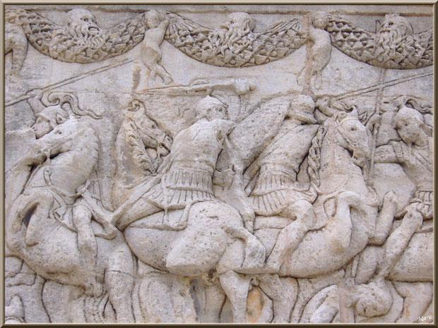 Détail sculptures bas relief du socle au Mausolée des Jules aux Antiques à Saint Rémy de Provence, Alpilles (13)