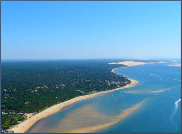 Le Bassin et le rivage d'Arcachon avec ses quartiers Péreire et Le Moulleau puis, en fond, la Corniche du Pyla et la Dune du Pyla avec en face le Banc d'Arguin, Bassin d'Arcachon (33) vu du ciel