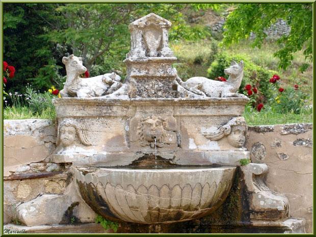 La fontaine à l'entrée de l'Ermitage Saint Gens, village de Le Beaucet, Lubéron (84)
