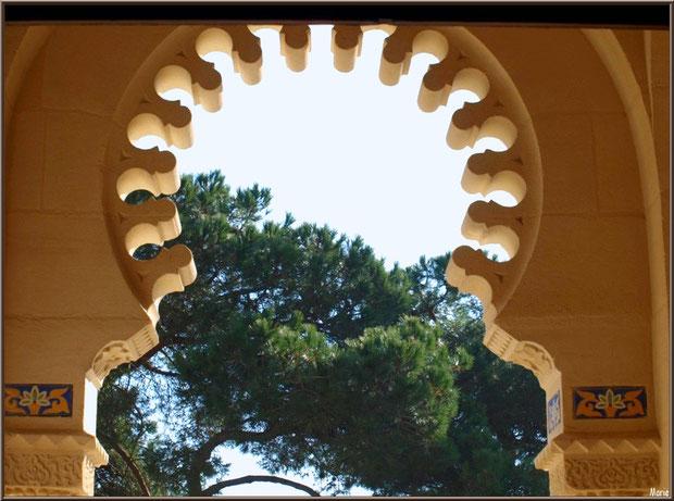 Chapelle Algérienne, vue sur l'extérieur depuis le porche de l'entrée, Village de L'Herbe, Bassin d'Arcachon (33)