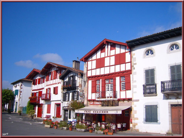 Aïnoha, la rue principale : maisons basques et commerces, Pays Basque français