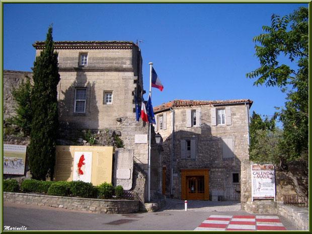 """La Maison du Roy (Office de Tourisme), Baux-de-Provence, Alpilles (13) - en fond la boutique """"La Cure Gourmande"""""""