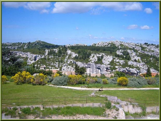 Esplanade du château avec en contrebas clocher Chapelle Saint-Blaise et les Alpilles en toile de fond, Château des Baux-de-Provence, Alpilles (13)