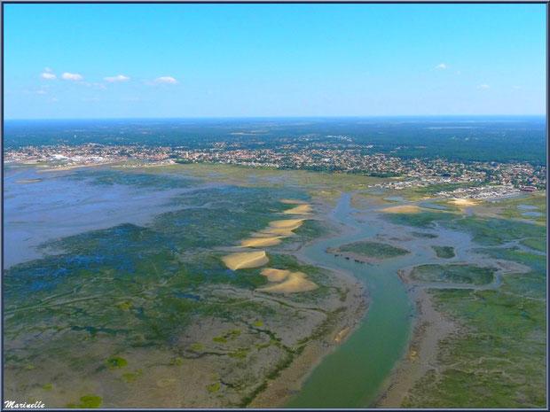 Survol en hélicoptère du Bassin d'Arcachon, à marée basse, avec les ports ostréicoles de Gujan-Mestras, sa plage de La Hume, les chenaux, les bancs de sable