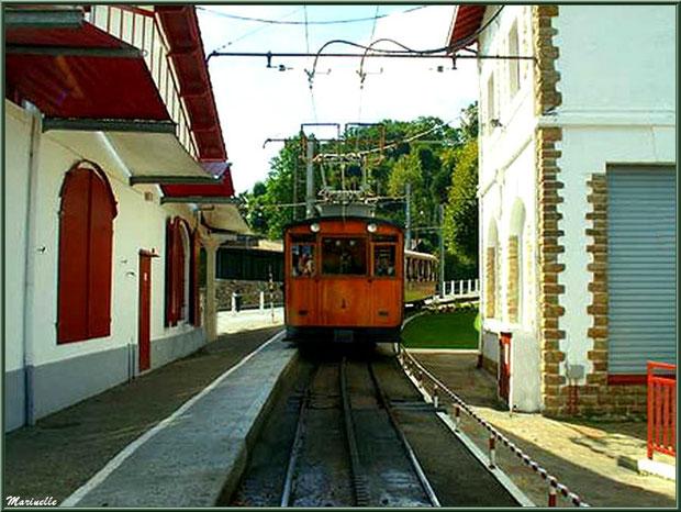Le petit train à crémaillère de Sare arrive en gare, Pays Basque français