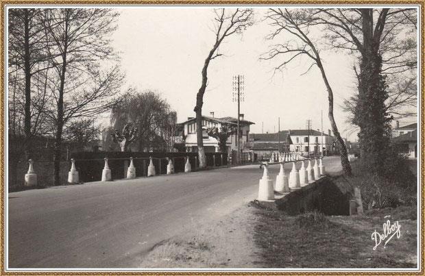 """Gujan-Mestras autrefois : Cours de Verdun (sens direction Arcachon), au niveau du petit pont avec, à gauche, la villa """"La Savane"""", Bassin d'Arcachon (carte postale, collection privée)"""
