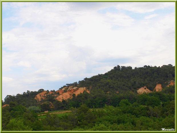 La campagne environnante et les falaises d'ocres de Roussillon, Lubéron (84)