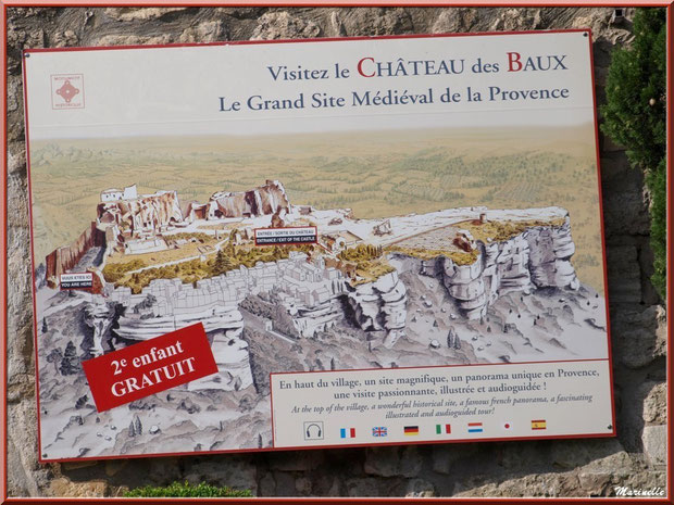 Panneau dans le village insitant à la visite du Château des Baux-de-Provence, Alpilles (13)