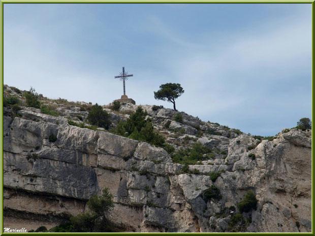 Calvaire (vue zoomée depuis la route en contrebas du village), village d'Orgon, entre Alpilles et Lubéron (13)