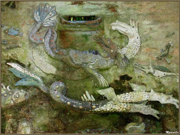 La Grotte Italienne et ses personnages marins en coquillages  (haut du mur du fond en façade) - Les Jardins du Kerdalo à Trédarzec, Côtes d'Armor (22)