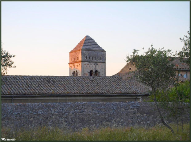Le monastère de Saint Paul de Mausole à Saint Rémy de Provence (Alpilles - 13) vu depuis le chemin qui le borde