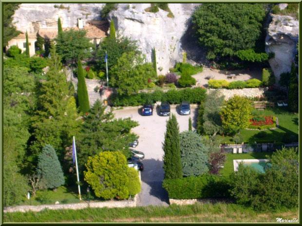 """Vue panoramique sur l'illustre hôtel-restaurant """"Oustaou de Baumanière"""" dans le village en contrebas depuis la cité des Baux-de-Provence, Alpilles (13)"""