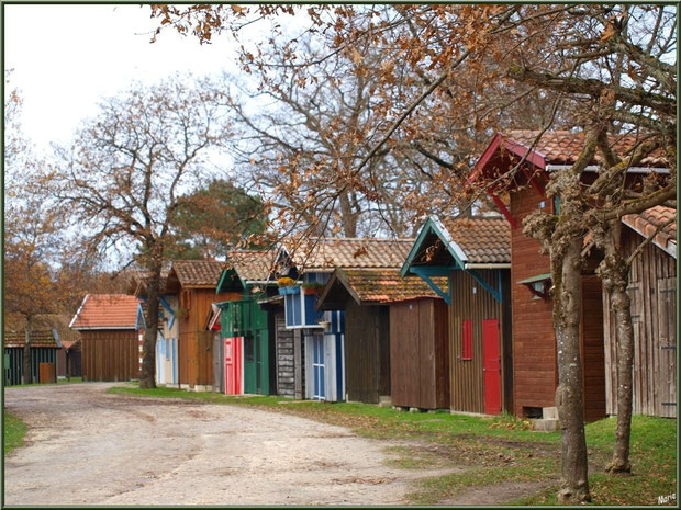 Alignement de cabanes colorées au port de Biganos, Bassin d'Arcachon