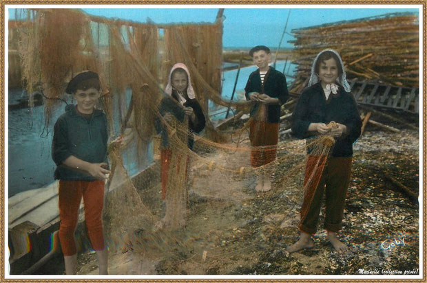Gujan-Mestras autrefois : Folklore, enfants en tenue locale au remaillage des filets de pêche, Bassin d'Arcachon (carte postale, collection privée)
