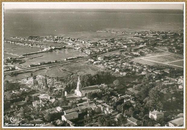 Gujan-Mestras autrefois : Vue aérienne du quartier de l'Eglise Saint Maurice avec les anciens réservoirs et les Ports de Larros et du Canal, Bassin d'Arcachon (carte postale, collection privée)