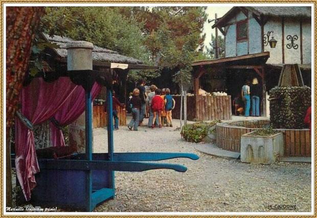 Gujan-Mestras autrefois : Chaise à porteur, Place de la Fontaine au Village Médiéval d'Artisanat d'Art de La Hume, Bassin d'Arcachon (carte postale, collection privée)