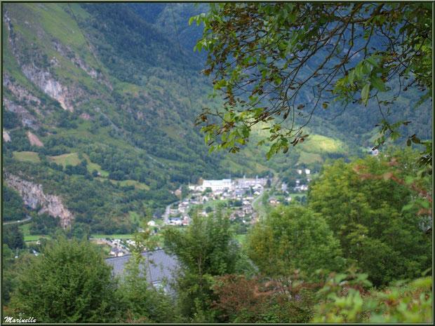 Panorama depuis les hauteurs du village d'Aas (en contrebas le village de Laruns), Vallée d'Ossau (64)