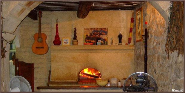 """La cheminée et le feu de bois à la pizzeria """"Aldo"""" dans une ruelle centre ville à Saint Rémy de Provence, Alpilles (13)"""