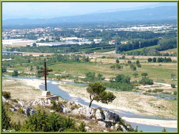 Vue panoramique sur la vallée de la Durance depuis les jardins de la chapelle Notre Dame de Beauregard, village d'Orgon, entre Alpilles et Lubéron (13) avec, en premier plan, un oratoire et, en fond, la ville de Cavaillon