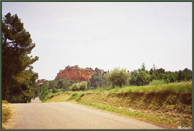 Route menant au village de Roussillon, Lubéron (84)