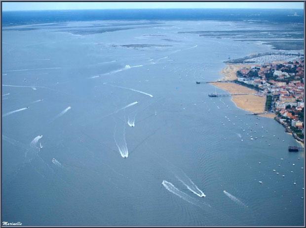 Le Bassin avec le rivage d'Arcachon et ses jetées Croix des Marins, Legallais, Thiers et Eyrac, avec en fond le port de plaisance, Bassin d'Arcachon (33) vu du ciel