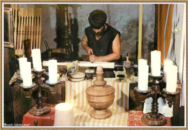 Gujan-Mestras autrefois : Atelier du tourneur sur bois au Village Médiéval d'Artisanat d'Art de La Hume, Bassin d'Arcachon (carte postale, collection privée)