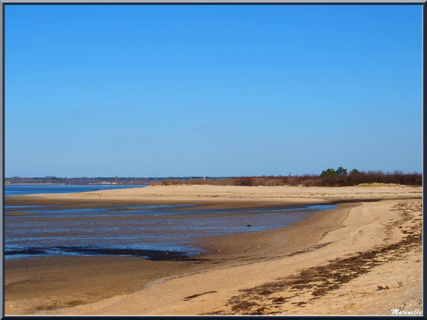 La plage, le Bassin à marée basse avec en fond Audenge, Sentier du Littoral, secteur Moulin de Cantarrane, Bassin d'Arcachon