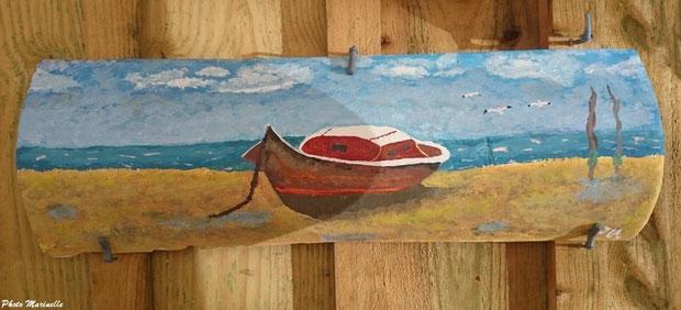 """JLA Artiste Peintre - """"Pinasse rouge et marron en bord de mer"""" 012 - Peinture sur tuile ostréicole (Bassin d'Arcachon)"""