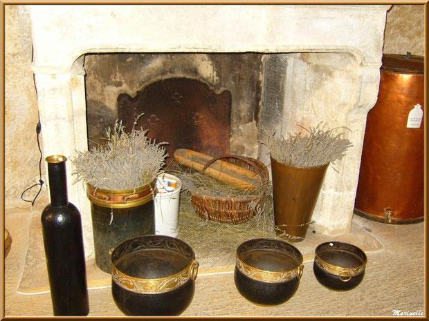 Musée des Arômes et des Parfums, Baux-de-Provence, Apilles (13) : vieille cheminée, lavande séchée et collection d'ustenciles anciens