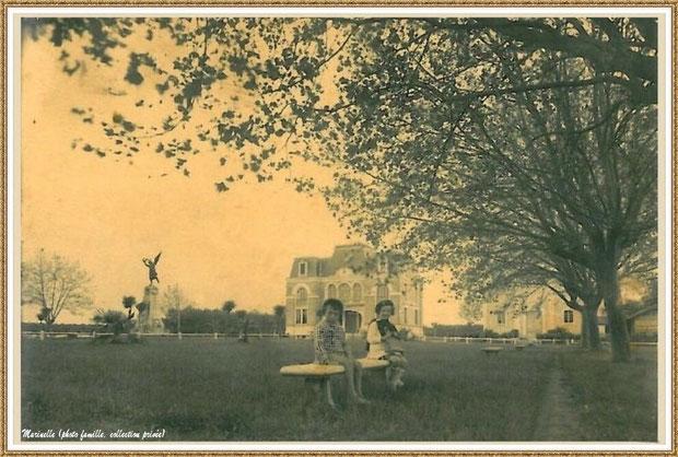 Gujan-Mestras autrefois : en 1937, écoliers Gigi (ma maman) et Gégé (son cousin germain) sur un banc dans le jardin de la nouvelle Mairie, avec la Salle des Fêtes et le Monument aux Morts, Bassin d'Arcachon (photo de famille, collection privée)
