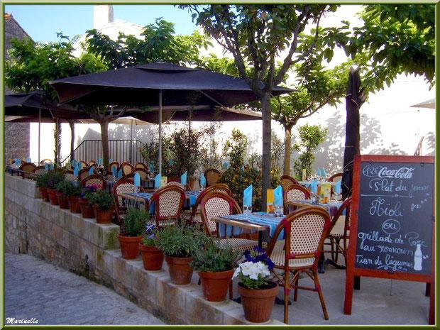 Terrasse d'un restaurant dans une ruelle, Baux-de-Provence, Alpilles (13)