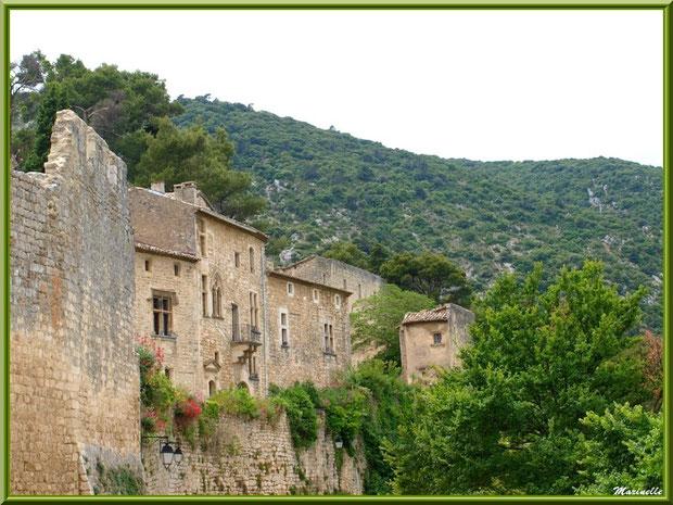 Vieilles bâtisses dans le village d'Oppède-le-Vieux, Lubéron (84)