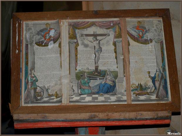 Pages d'une bible ancienne à l'autel de la Vierge, église Saint Pierre de Mons à Belin-Beliet (Gironde)