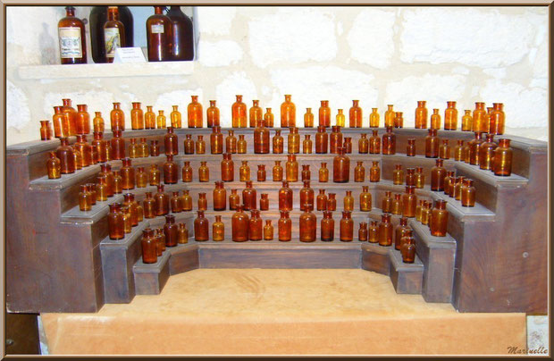 Musée des Arômes et des Parfums, Baux-de-Provence, Apilles (13) : collection de fioles à parfum anciennes