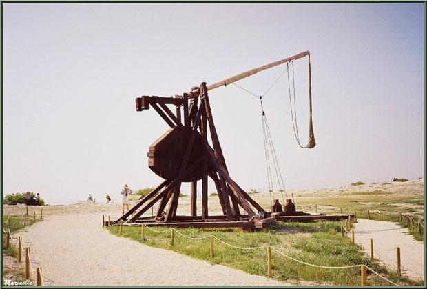 Le tébuchet, machine de siège sur l'esplanade du Château des Baux-de-Provence, Alpilles (13)