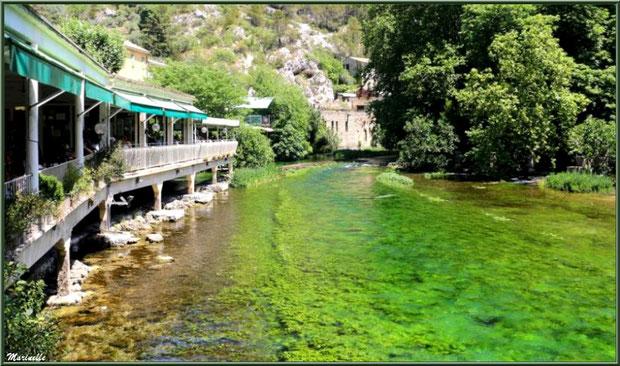 Restaurants en bordure de La Sorgue et le long du chemin menant au gouffre et sa résurgence, Fontaine de Vaucluse, Pays de La Sorgue, Vaucluse (84)